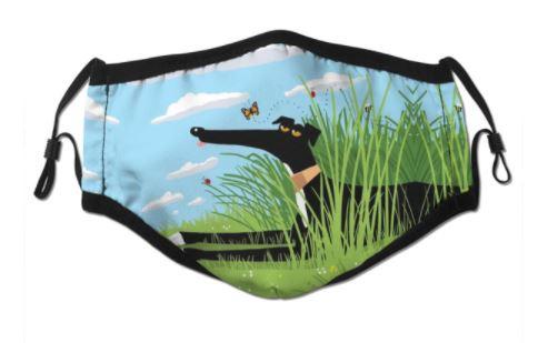 Mondkapje met galgo in het gras