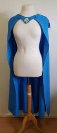 Openvallende blauwe cape