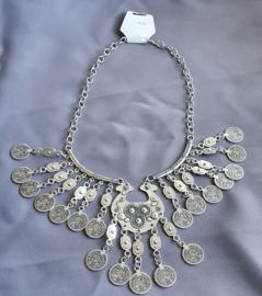 Zilverkleurige ketting met muntjes
