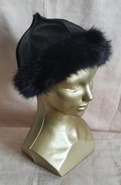 Zwarte lederlook muts met fake fur