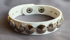 Lederlook armband spikes  - wit