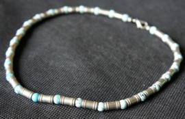 Zilverkleurige ketting met blauwe kralen