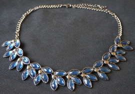 Ketting donkerblauwe steentjes