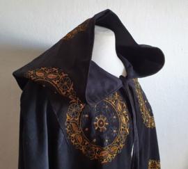 Zwarte cape met borduur
