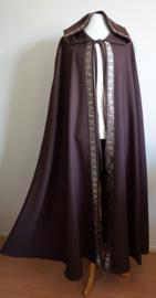Lange bruine cape met sierband
