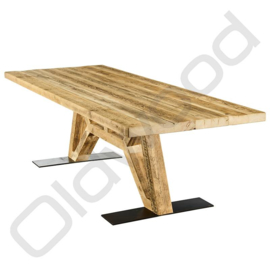 Robust table ''The Flying Dutchman'' (wooden legs)