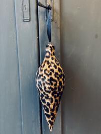 Leopard kerst kegel om op te hangen