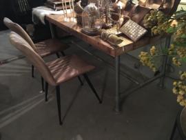 Oude houten planken tafel met verzinkt onderstel