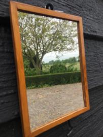 Oud spiegeltje met houten lijst