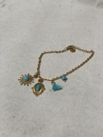 Bracelet met azuurblauwe bedeltjes