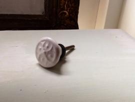 Wit porseleinen knop met ornamentje