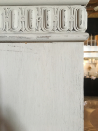 Linnen kast met ornament voorzijde ( greige kleur)