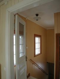 Geschilderde houten muren, deur en kozijnen