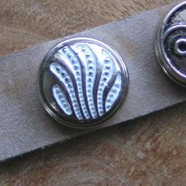 104 Clickbutton - zilver/wit  -LAATSTE-