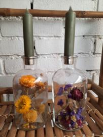 Vaasje met kandelaar en droogbloemen