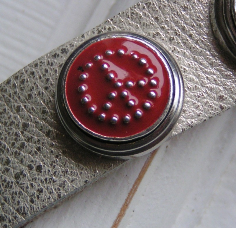 108 Clickbutton Peace - rood