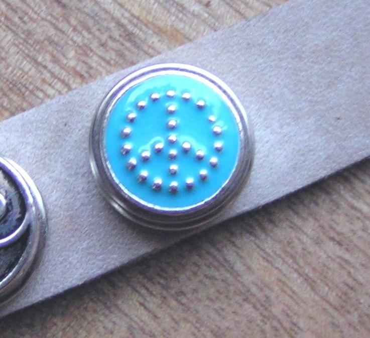 108 Clickbutton Peace - lichtblauw