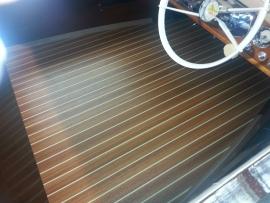 HPL teak look plaat creme/witte bies in een klassieke speedboot