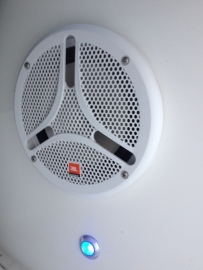 JBL marine speakers en audio en blauwe led in een Ranieri