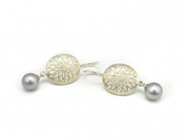 Zilveren oorhaken met grijze parels