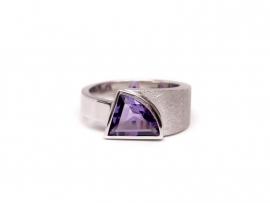 Zilveren ring met fancy geslepen amethist