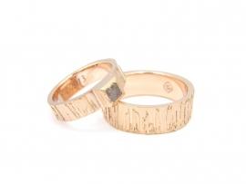 Witgouden trouwringen met grove stuctuur en ruwe diamant