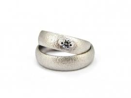 Roségouden trouwringen, de damesring is gezet met 0,10ct diamant