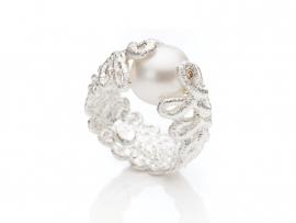 Zilveren ring met zoetwaterparel en diamant