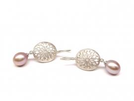 Zilveren oorhaken met roze parels