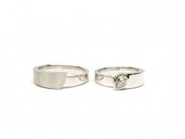 Witgouden trouwringen met een peer geslepen diamant
