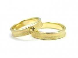 Geelgouden trouwringen, damesring gezet met 0,035 diamant
