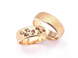 Roségouden trouwringen, de damesring is gezet met in totaal 0,24ct diamant