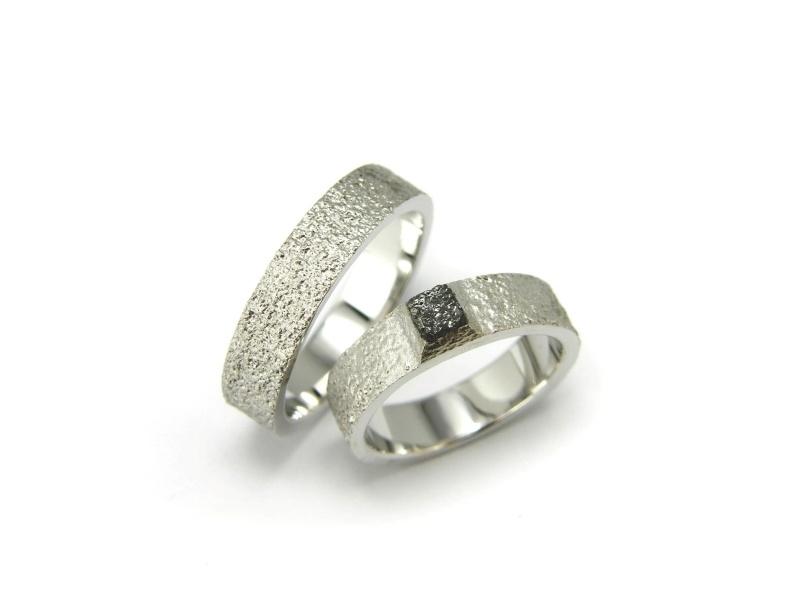 Witgouden trouwringen met structuur en ruwe diamant