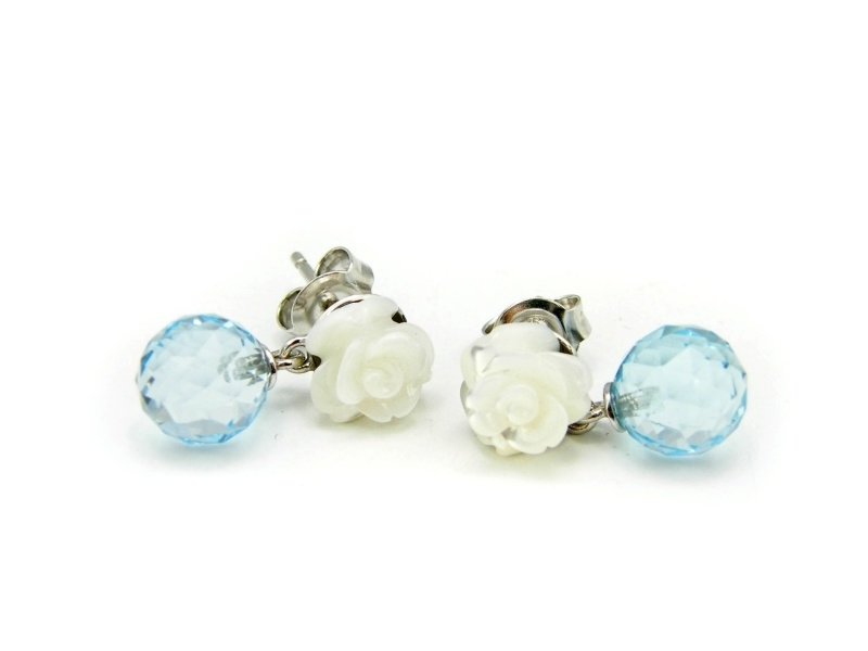 Zilveren oorstekers met parelmoerroosjes en topaas