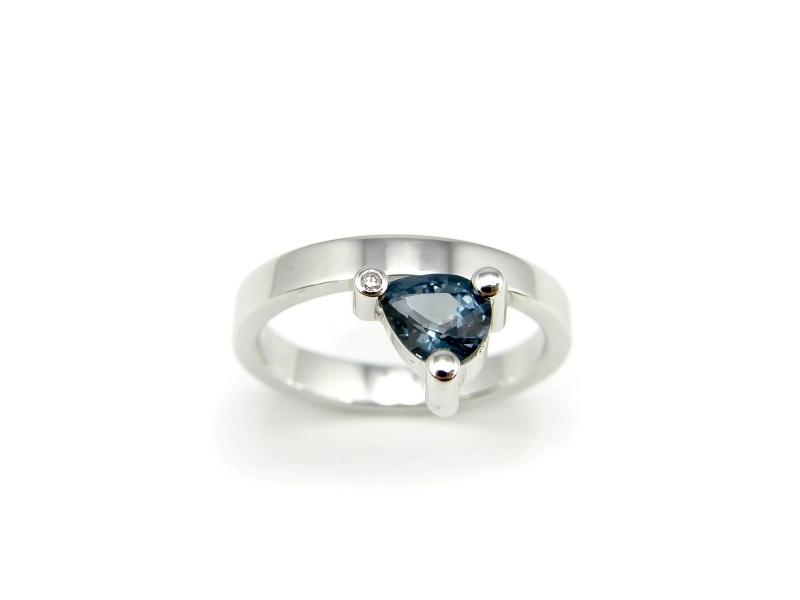 Zilveren ring gezet met spinel en diamant