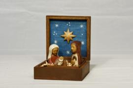 Kleine houten beeldjes in kistje