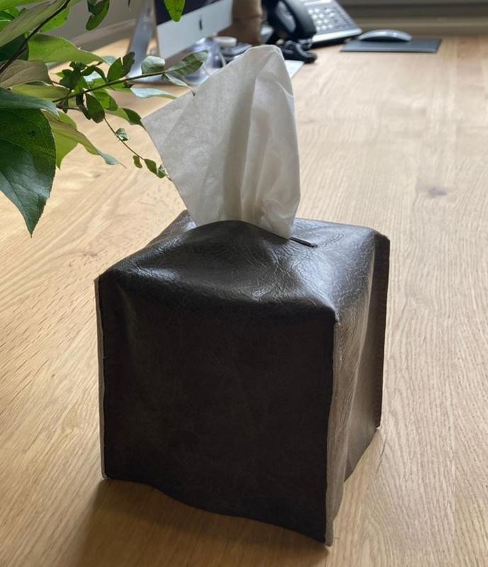 Tissue Box, gemaakt van restleer uit de meubelindustrie.