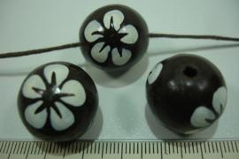 +[ 8700 ] Houten kraal 20 mm. Bruin gekleurd met witte bloem, per streng