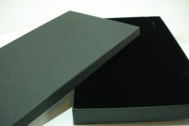 *[ 9379 ] Ketting Cadeau doos 21 x 30 cm. Zwart, per stuk