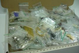 +[ F.B. ] 200 zakjes onderdelen in div. kleur materiaal
