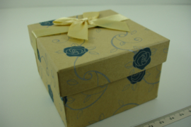 *[ 9360 ] Horloge doosje 8.5 x 8.5 cm. met Blauwe Roos, per stuk