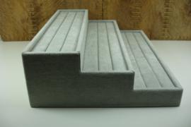 *[ 9371 ] 3 traps Ringen bak 35.5 x 26.5 cm. Grijs fluweel
