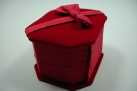 *[ 9136 ] Ringen doosje 6.5 x 5.8 x 4.5 cm.  Rood Fluweel, per stuk