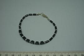 [5588 ] Armband nr. 2,  19 cm. Hematiet met verzilverde kraaltjes en slotje