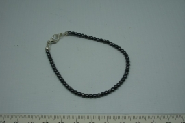 [5587 ] Armband nr. 1,   19 cm. Hematiet met slotje