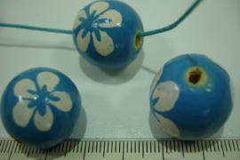 +[ 8702 ] Houten kraal 20 mm. Blauw gekleurd met witte bloem, per streng