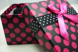*[ 9123 ] Arm/Horloge doosje 9 x 9 cm. Zwart met Roze stip, per stuk