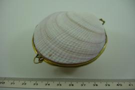 *[ 6998 ] Schelp doosje +/- 7.5 cm. off white ruw, met Goudkleur rand