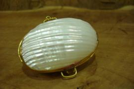 *[ 5575 ] Schelp doosje Wit ribbel +/-m 55 mm. met Gouden rand