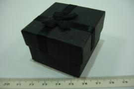*[ 9378 ] Ringen doosje 5 x 5 cm. Zwart met zwart strikje, per stuk